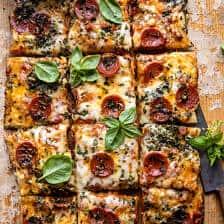 Pizza aux herbes et aux tomates en feuilles faciles à préparer | halfbakedharvest.com