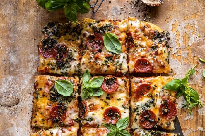 photo horizontale aérienne Pizza aux herbes et aux tomates