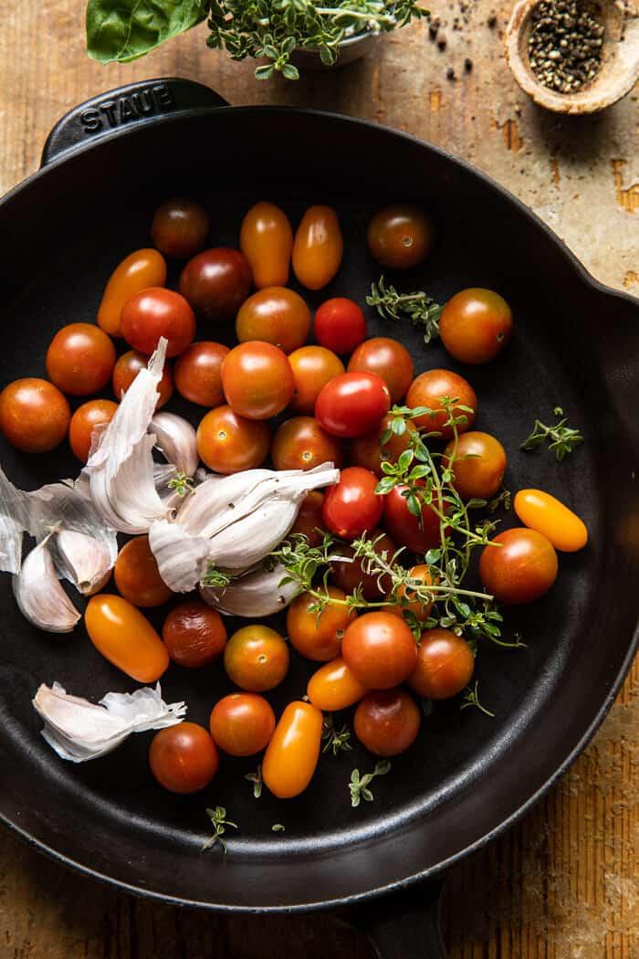 préparer une photo de tomates dans une poêle avant de les rôtir