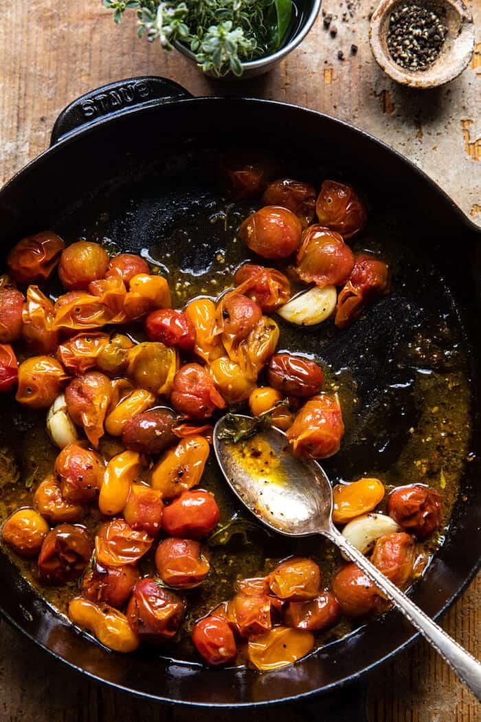 préparer une photo de sauce tomate dans une poêle après la torréfaction