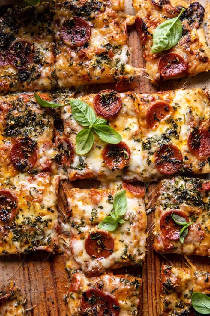 Photo en gros plan de pizza aux tomates et aux herbes