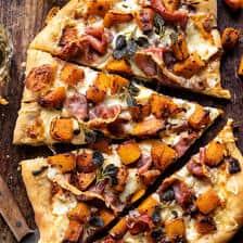 Pizza au prosciutto à la courge musquée rôtie et aux oignons caramélisés   halfbakedharvest.com