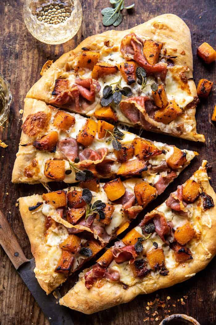 Photo prise à la verticale d'une pizza au prosciutto à la courge musquée rôtie avec oignons caramélisés
