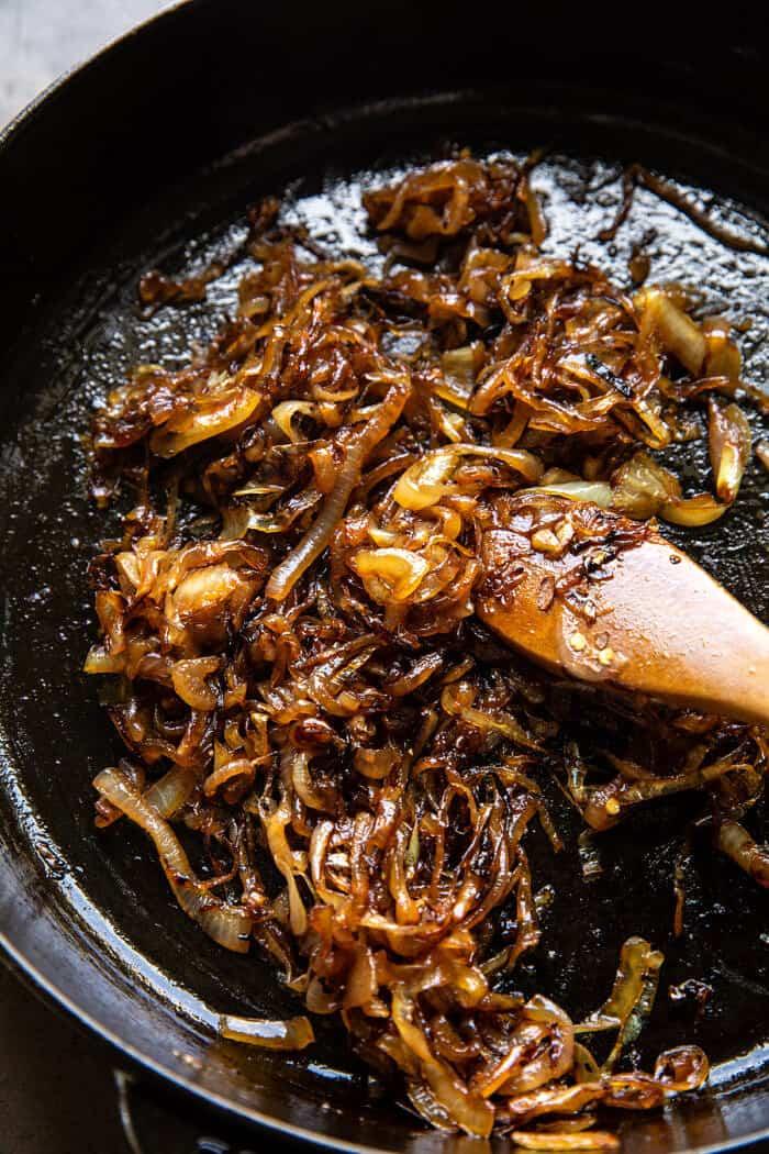 photo de préparation à la verticale d'oignons caramélisés dans une poêle