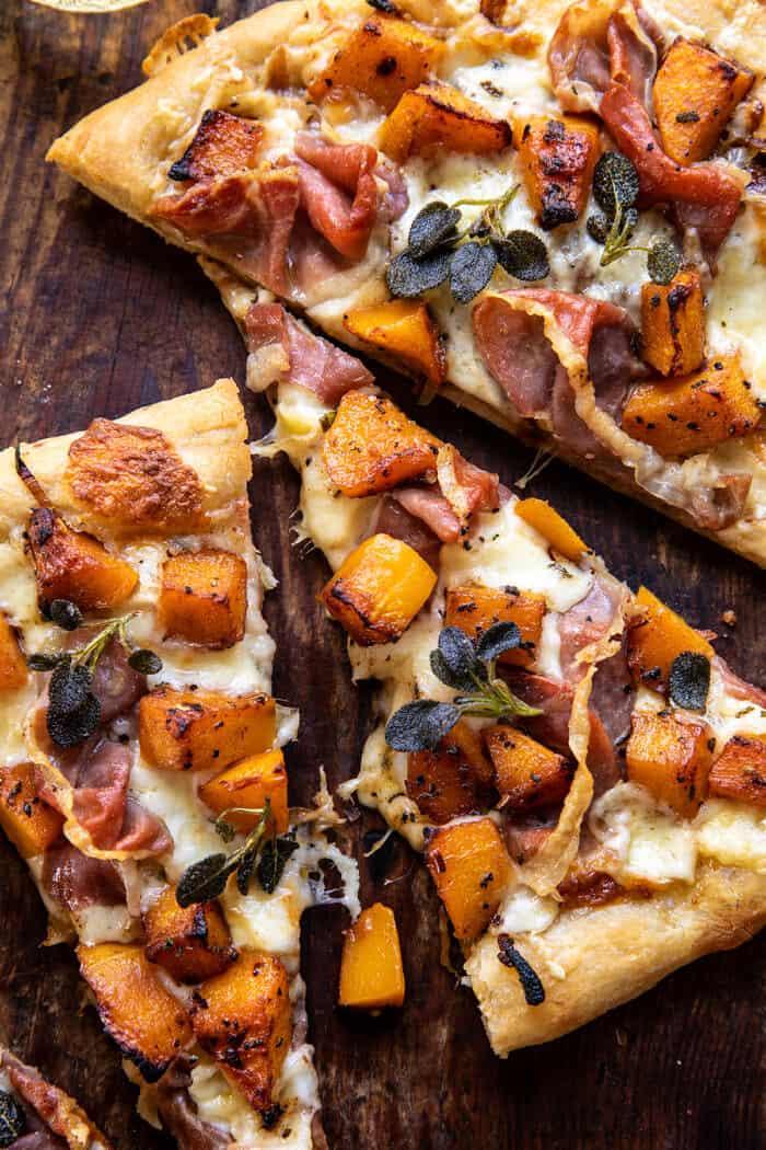 La photo en gros au-dessus de la pizza au prosciutto de courge musquée rôtie avec oignons caramélisés