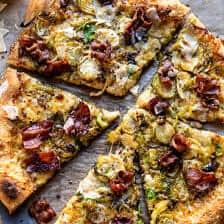 Pizza aux choux de Bruxelles et bacon râpés | halfbakedharvest.com