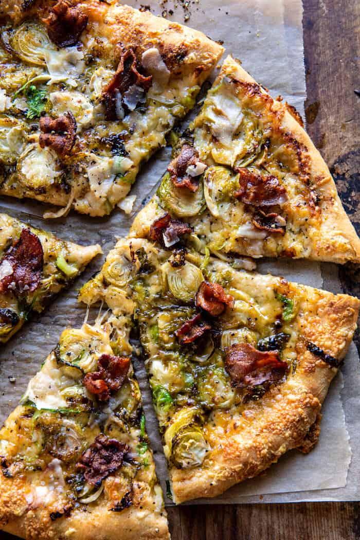 Photo en gros plan au-dessus de la pizza aux choux de Bruxelles râpés et au bacon