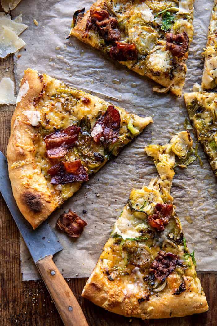 Photo aérienne d'une pizza aux choux de Bruxelles râpés et au bacon