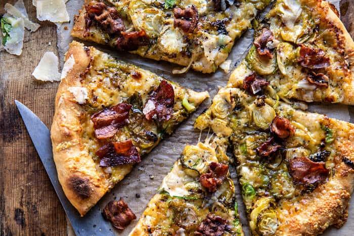 Photo horizontale au-dessus de la pizza aux choux de Bruxelles râpés et au bacon