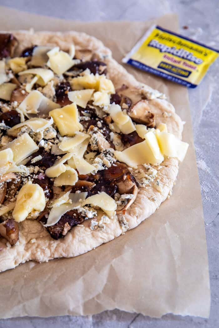 Pizza Fontina aux champignons balsamiques avant de passer au four