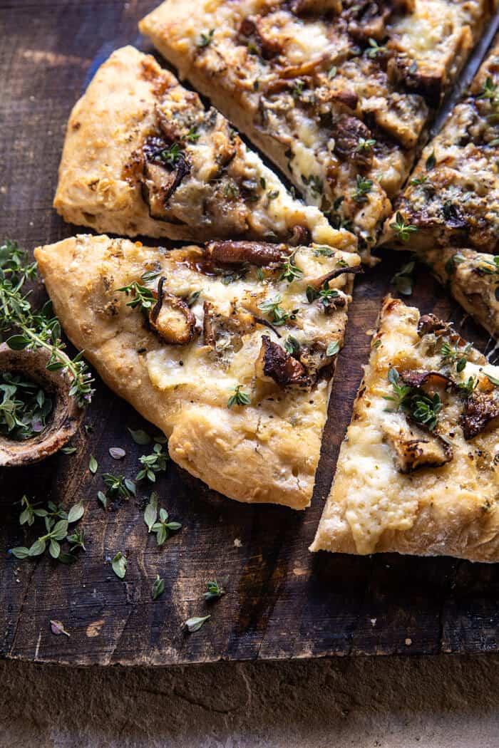 Côté incliné photo en gros plan de Pizza Fontina aux champignons balsamiques