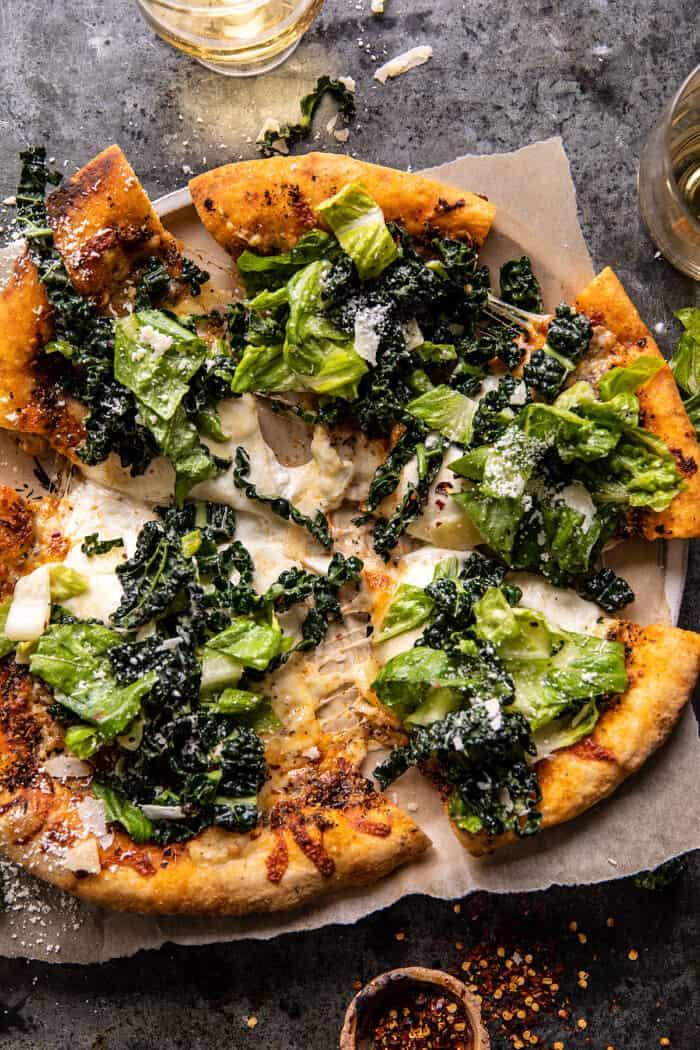 Photo prise à la verticale de la pizza à la salade César Burrata
