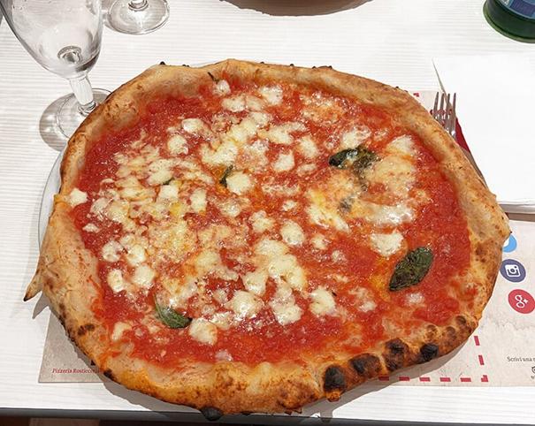 Pizza Margherita est la reine de la table!