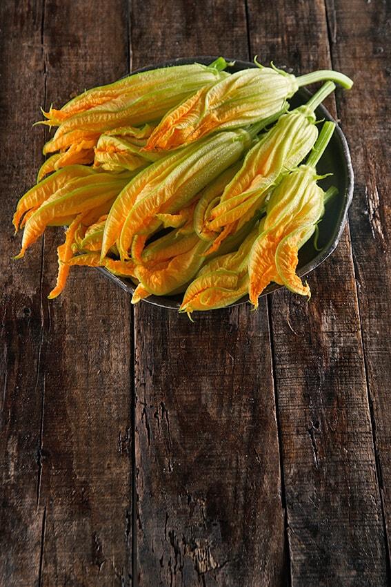 Les fleurs de courgette sont l'une des garnitures de pizza saisonnières
