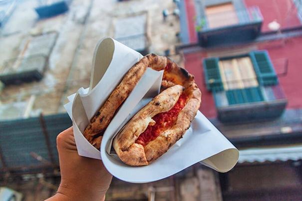 La pizza portefeuille ne se trouve qu'à Naples!