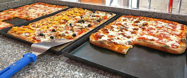 La pizza à la tranche est bonne et pas chère