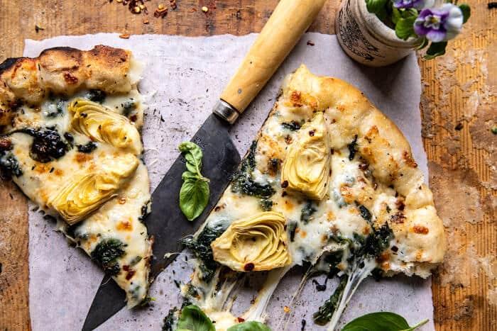 Pizza aux épinards et aux artichauts avec croûte de pain au fromage |  halfbakedharvest.com