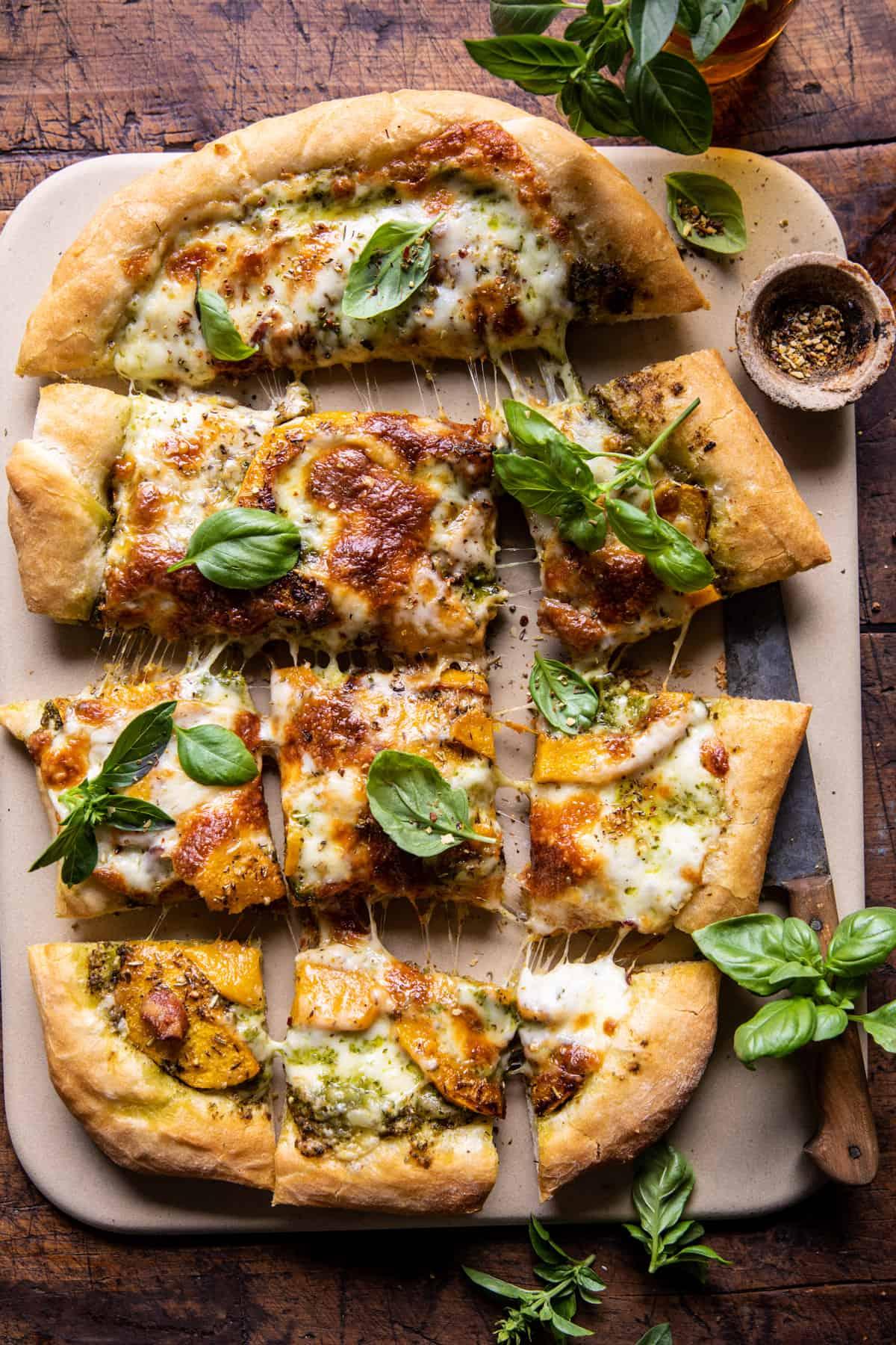 Pizza à la courge musquée rôtie au romarin    halfbakedharvest.com